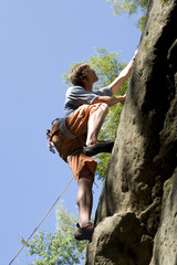 Junger Mann an Kletterwand