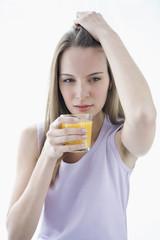 Junge Frau mit Glas Saft, Portrait