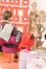 Junges Paar in Retro-Kleidungsgeschäft