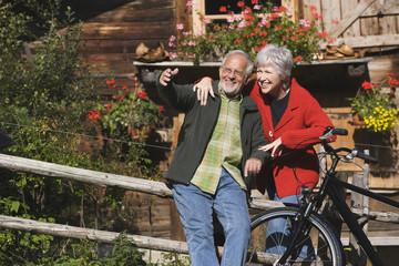 Österreich, Karwendel, älteres Paar vor Berghütte