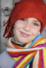 Mädchen trägt rote Kappe, Portrait