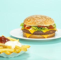 Cheeseburger mit Pommes frites, Französisch, Nahaufnahme