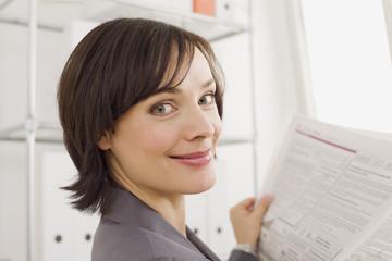 Geschäftsfrau liest Zeitung, Portrait
