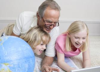 Großvater und Enkel haben Spaß, lachen, Portrait
