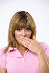 Junge Frau mit der Hand über den Mund, Portrait, Nahaufnahme