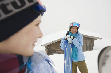 Italien, Südtirol, Junges Paar in Winterkleidung beim Wintersport