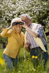 Deutschland suchen, Baden Württemberg, Tübingen, Älteres Paar, ältere Frau mit Fernglas