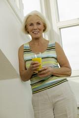 Seniorin mit Glas Saft, Lächeln, Portrait