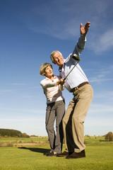 Deutschland, Bayern, Älteres Ehepaar spielt Golf