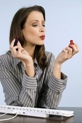 Geschäftsfrau lackiert die Nägel