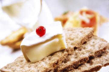 Knäckebrot mit Camembert und rot aktuellen