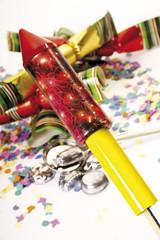 Party-Dekoration mit Rakete im Vordergrund, Nahaufnahme