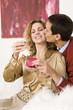 Paar, Mann küsst Frau