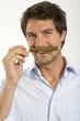 Junger Mann riecht an Zigarre, Nahaufnahme, Portrait