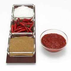 Rote Chilischoten mit Soße, brauner Zucker und Salz, Nahaufnahme