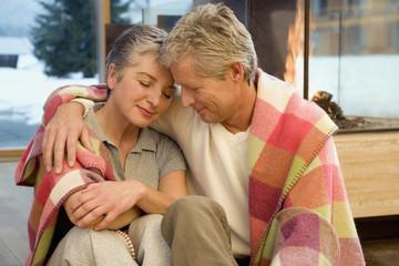 Älteres Paar umarmt sich, Portrait