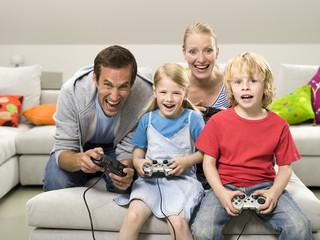 Familie spielt am Computer
