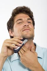 Junger Mann beim Rasieren, Portrait
