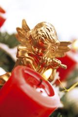 Weihnachtsdekoration mit Engel und roter Kerze