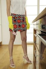 Junge Frau mit Gummihandschuhen in der Küche