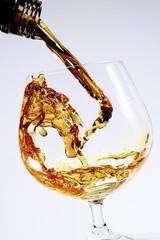 Cognac wird in ein Glas gegossen