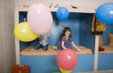 Kinder spielen mit Luftballons, Portrait