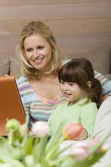 Mutter und Tochter mit Laptop, Portrait