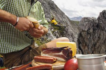 Österreich, Salzburger Land, Paar beim Picknick