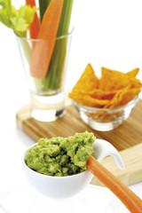 Guacamole mit Gemüsesticks und Tortilla-Chips