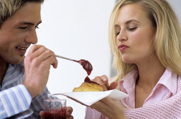 Junges Paar mit Kuchen und Marmelade, Nahaufnahme
