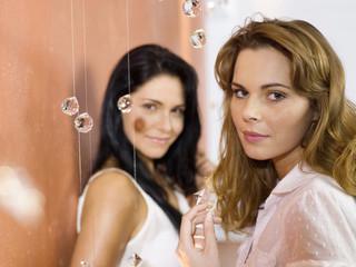 Zwei junge Frauen lächeln, Portrait