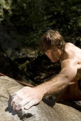 Junger Mann beim Klettern