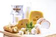 Schweizer Käse, Brot, Eier und Milch auf dem Tisch, Nahaufnahme