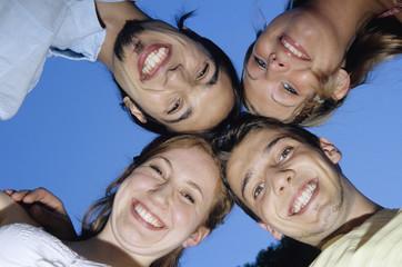 Vier junge Leute umarmen sich