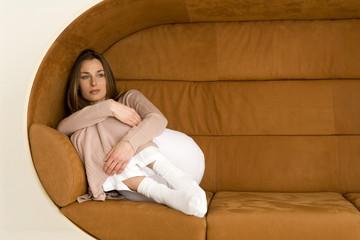 Junge Frau liegt entspannt auf dem Sofa und schaute weg, Nahaufnahme