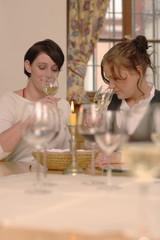 Zwei Frauen probieren Weiswein