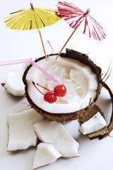 Kokosnuss mit Cocktail Kirschen