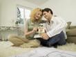 Junges Paar im Wohnzimmer