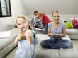 Familie zu Hause, Mutter spielen Computerspiele
