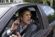 Geschäftsmann mit Handy im Auto, schreiend, Nahaufnahme