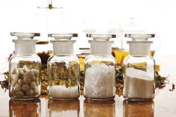 Apothekerflaschen mit homöopathischen Heilmitteln, Nahaufnahme