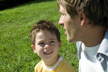 Junge hört seinem Vater zu