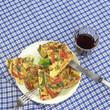 Spanische Tortilla auf dem Teller mit einem Glas Wein