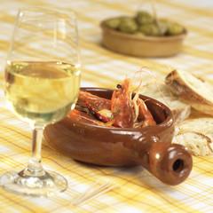 Garnelen in einer Schüssel mit einem Glas Wein auf dem Tisch