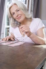 Ältere Frau bei Solitaire, Portrait