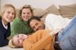Familie auf dem Boden liegend im Wohnzimmer