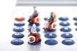 Figuren auf Rollstühlen mit Taschenrechner