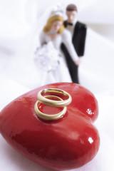 Braut und Bräutigam Figuren mit Eheringen auf Herz