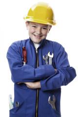 Junge gekleidet als Mechaniker, lächelnd