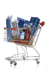 Supermarkt-Trolley mit Weihnachtspaketen